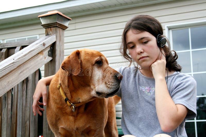 Hond en meisje stock afbeelding