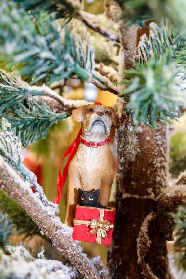 Hond met een kat in een huidig Kerstmisornament royalty-vrije stock foto's