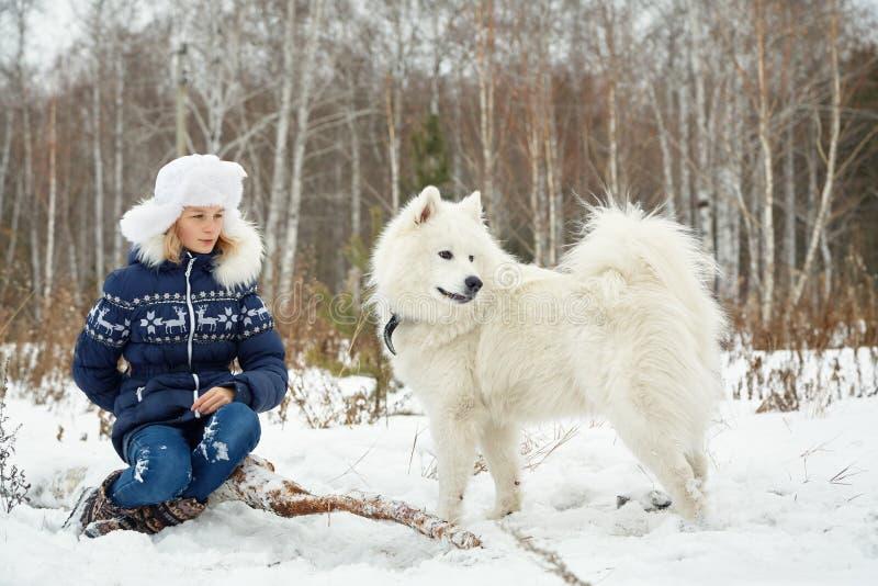 Hond Samoyed schor met meisje in openlucht royalty-vrije stock foto