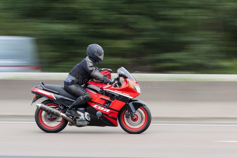 Honda CBR 1000F sulla strada principale immagini stock
