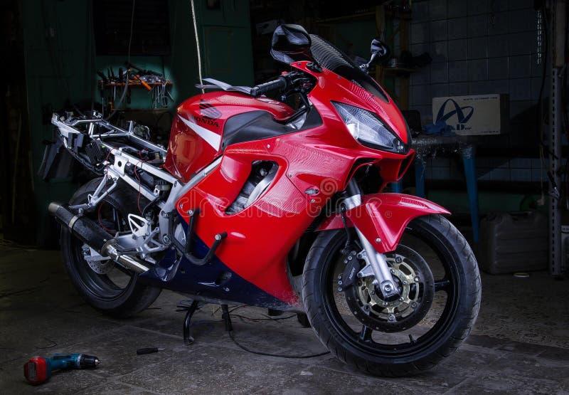 Honda cbr stemmende motorfiets 2015 van de 600 de rode fietsengarage royalty-vrije stock afbeeldingen