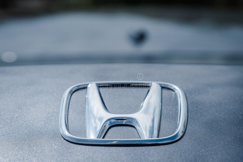 Honda-Logo auf modernen grauen Farblimousinen auf Stamm des Autos stockfotos