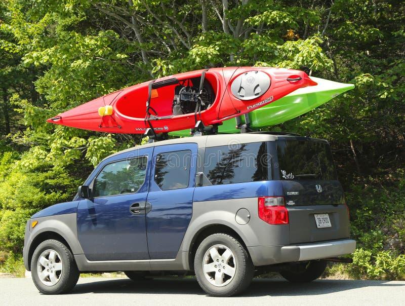 Honda-minivan Element geladen met kajaks stock fotografie