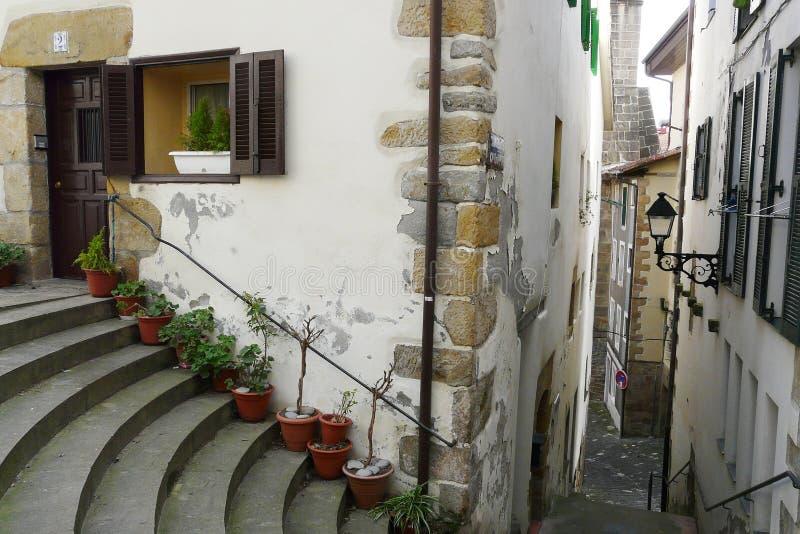 Hondarribia wioski stare ulicy podczas zima ranku, Baskijski kraj, Hiszpania zdjęcie royalty free