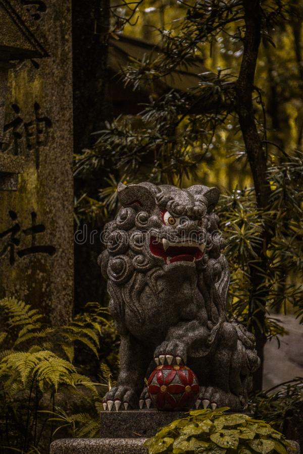 Hondbeschermer van de tempel in Fushimi-inariataisha stock foto's