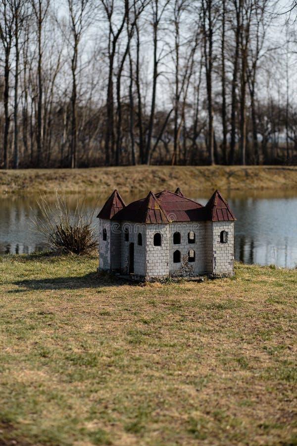 Hondehok in vorm van een kasteel op de rivierbank in een park royalty-vrije stock foto