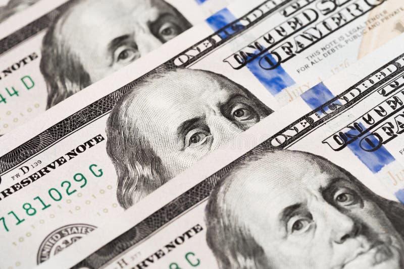 Honderd Amerikaanse dollarsrekeningen op een lijst stock afbeeldingen