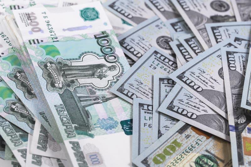 Honderd dollars en duizend Russische roebelsbankbiljetten stock foto's