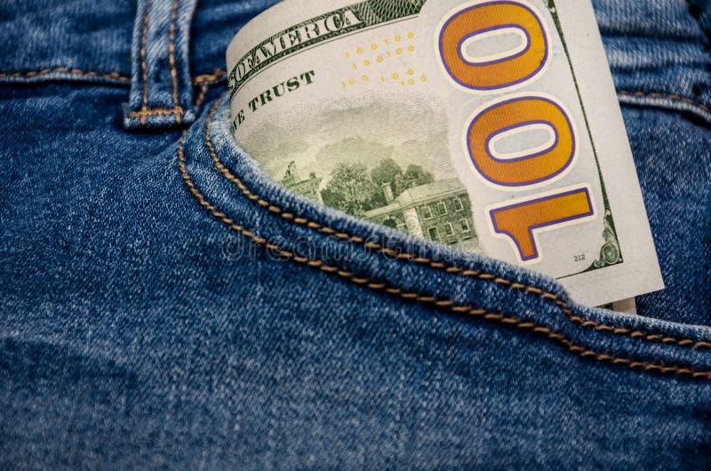 Honderd dollarsrekening in een jeanszak stock foto's