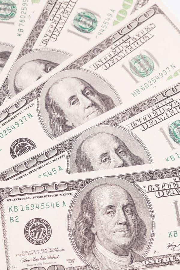 Honderd dollarsrekeningen als achtergrond Geldstapel, stock fotografie
