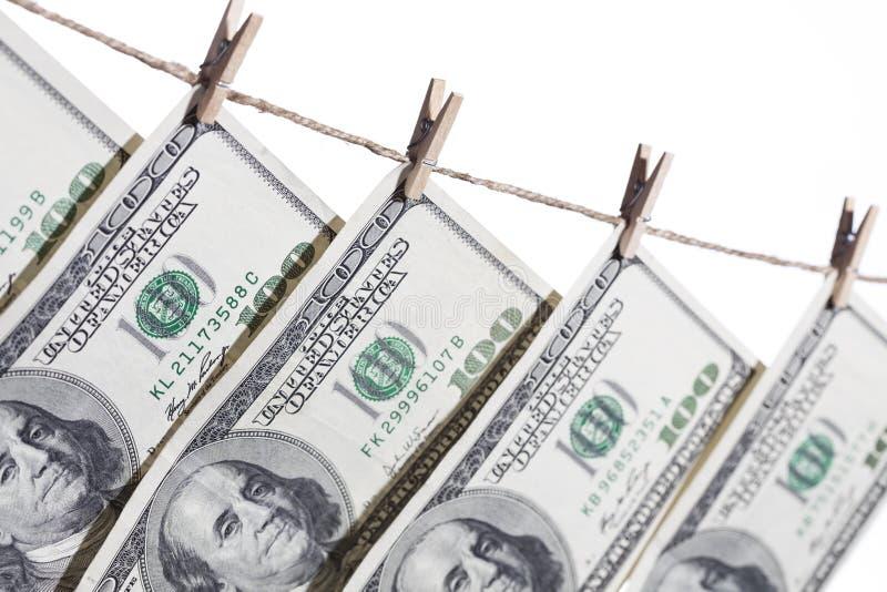 Honderd Dollarsrekeningen die van Drooglijn op Wit hangen stock foto