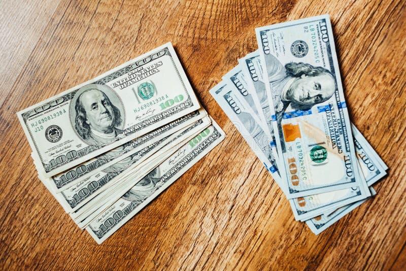Honderd dollarsrekeningen op een houten achtergrond royalty-vrije stock fotografie