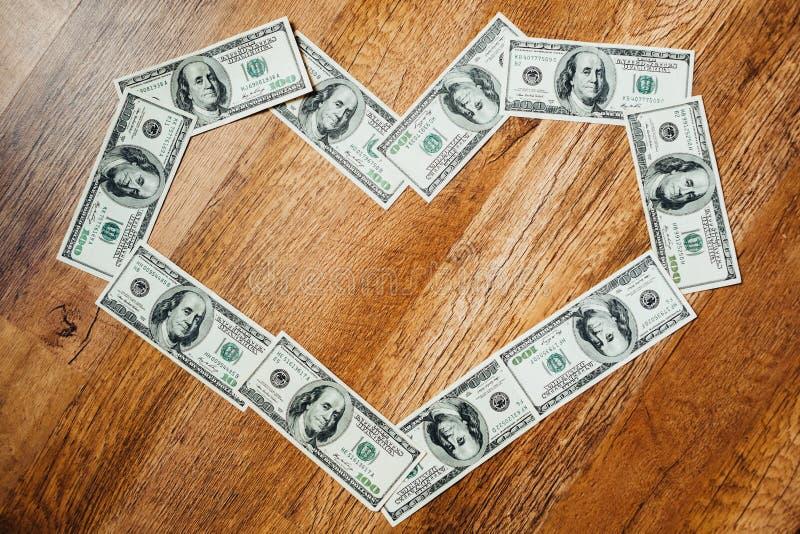 Honderd dollarsrekeningen op een houten achtergrond stock foto