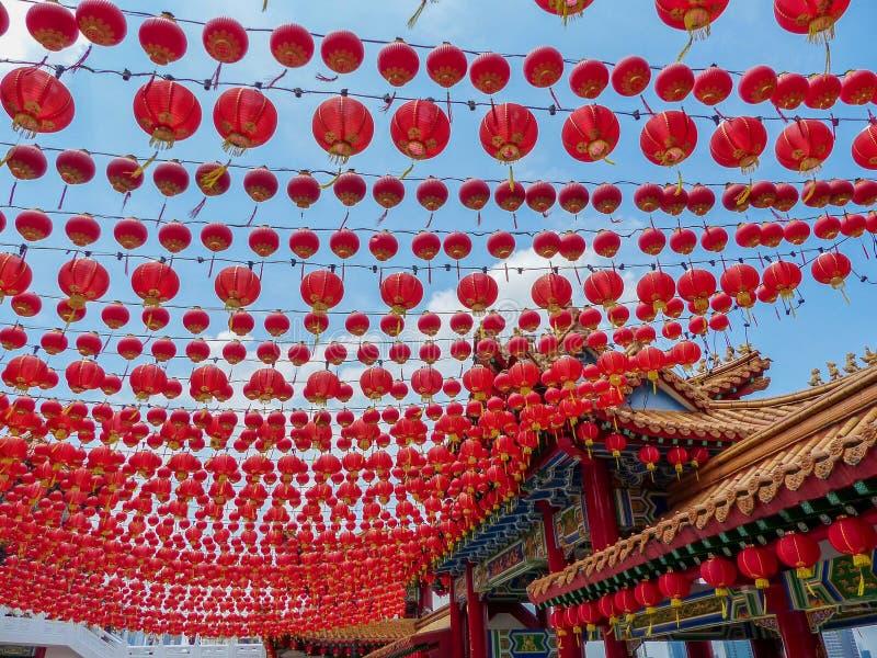 Honderden Chinese Rode Lantaarns die een Chinese tempel in Kuala Lumpur verfraaien stock afbeeldingen