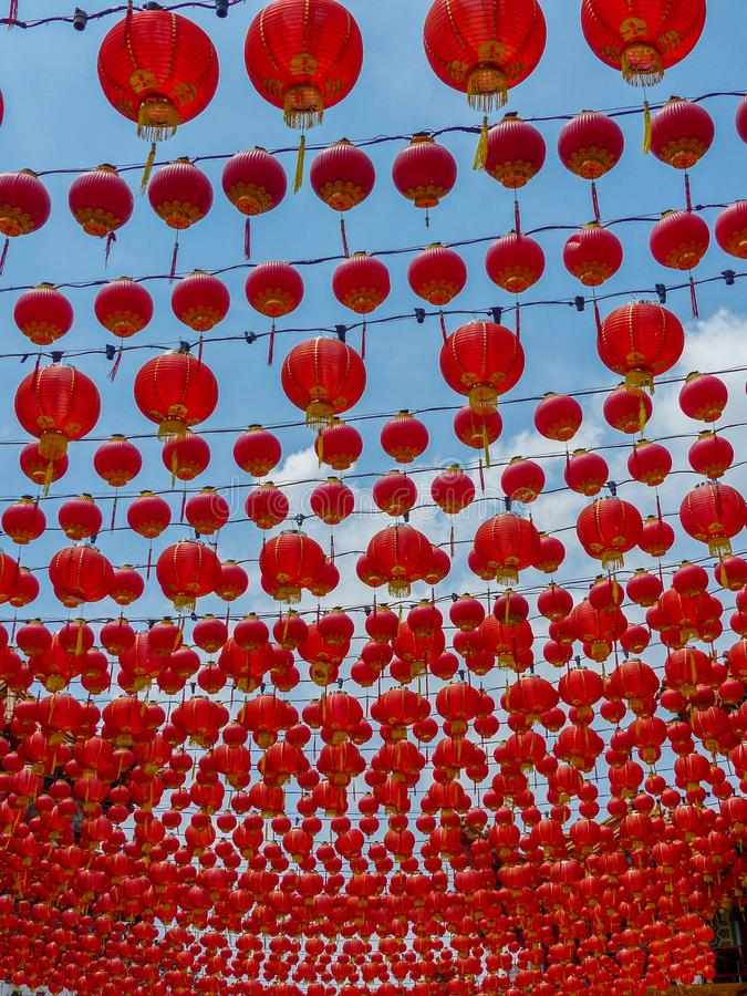 Honderden Chinese Tempel Rode Lantaarns tegen een blauwe hemel stock foto's
