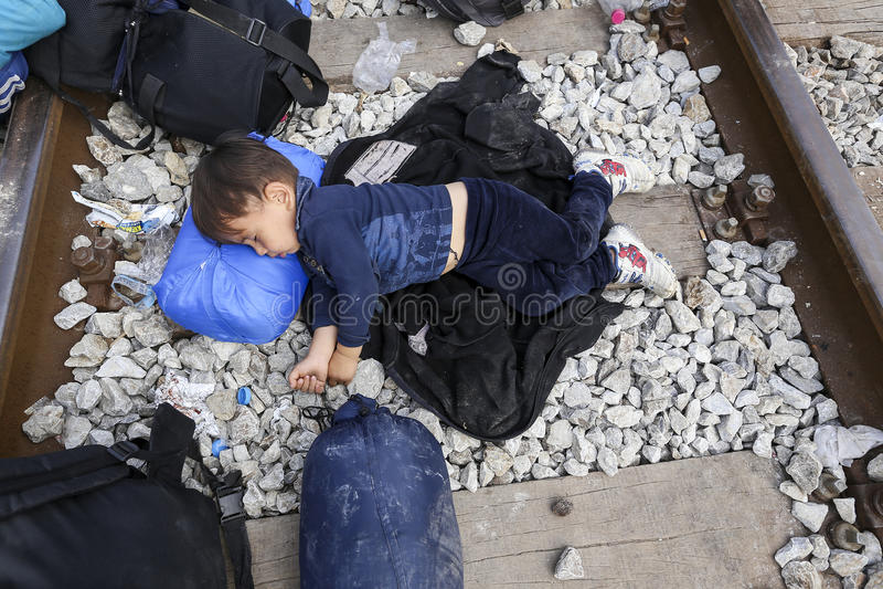 Honderden immigranten zijn in een wachttijd bij de grens tussen Greec stock afbeeldingen