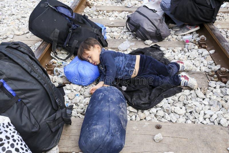 Honderden immigranten zijn in een wachttijd bij de grens tussen Greec royalty-vrije stock foto