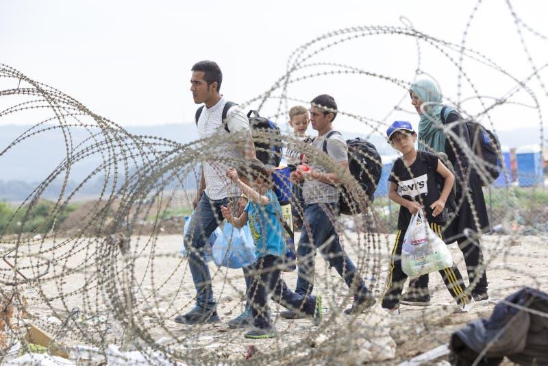 Honderden immigranten zijn in een wachttijd bij de grens tussen Greec royalty-vrije stock fotografie