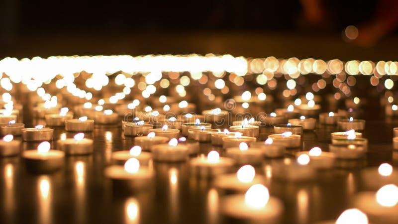 Honderden Kaarsen die tijdens Kerkgebeurtenis branden royalty-vrije stock foto's