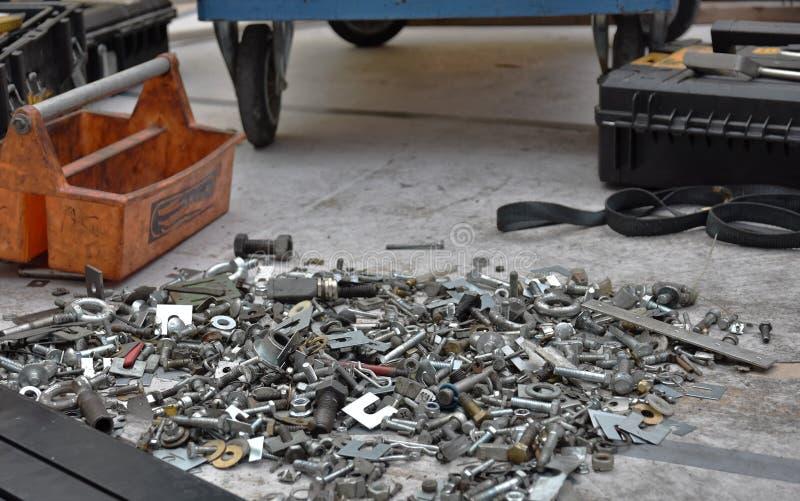 Honderden noten van bouten nodig voor reparatie stock afbeeldingen