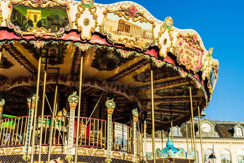Hondleur, Frankrijk - 2019 Circuscarrousel dichtbij de haven van Honfleur, beroemde Franse stad in Normandië royalty-vrije stock fotografie