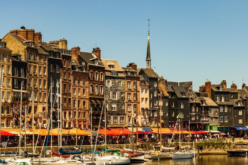 Hondleur, Frankrijk - 2019 Spectaculaire beroemde haven in Normandië, Honfleur-horizon en water met boten stock fotografie