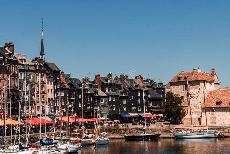 Hondleur, Frankrijk - 2019 Spectaculaire beroemde haven in Normandië, Honfleur-horizon en water met boten stock foto