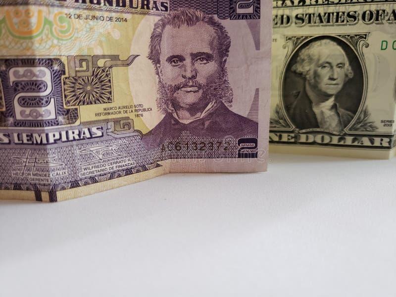 Honduran bankbiljet van twee lempiras en Amerikaanse dollarrekening stock foto's