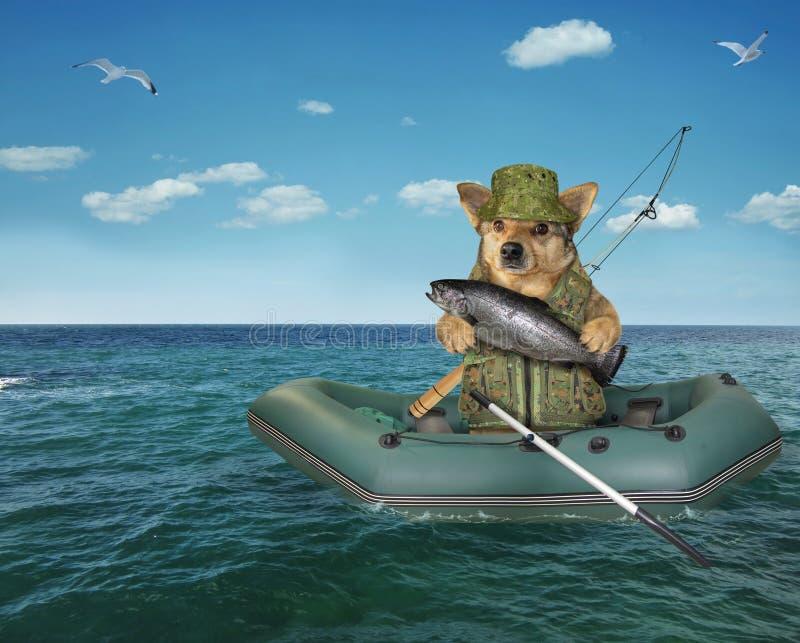 Hondvisser die in een opblaasbare boot afdrijven stock afbeelding