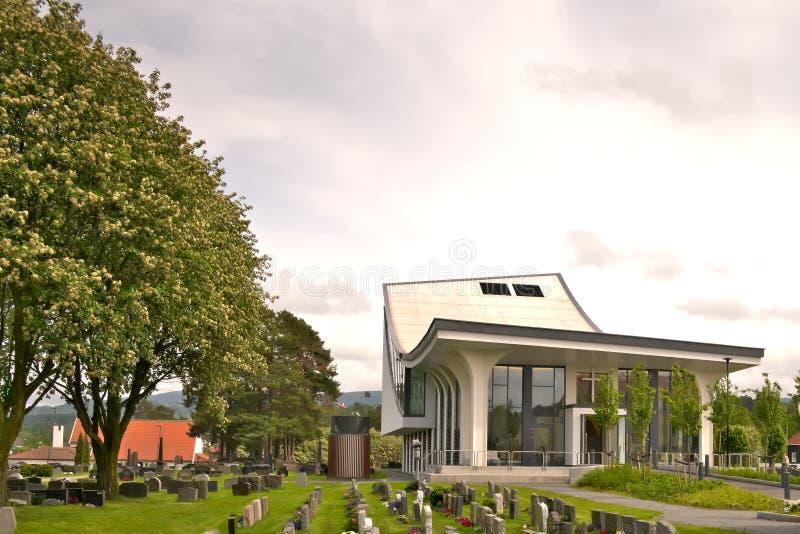 HONEFOSS, NORUEGA - 7 DE JUNIO DE 2019: Arquitectura de un edificio de iglesia moderno fotografía de archivo