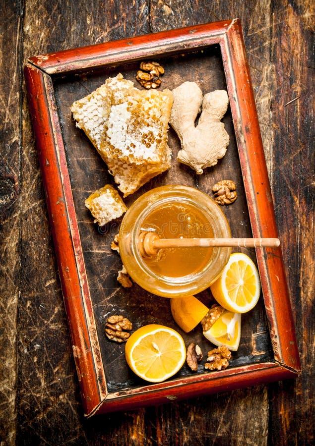Honey Background Ny honung med citronen och ingefäran i ett gammalt magasin royaltyfri fotografi