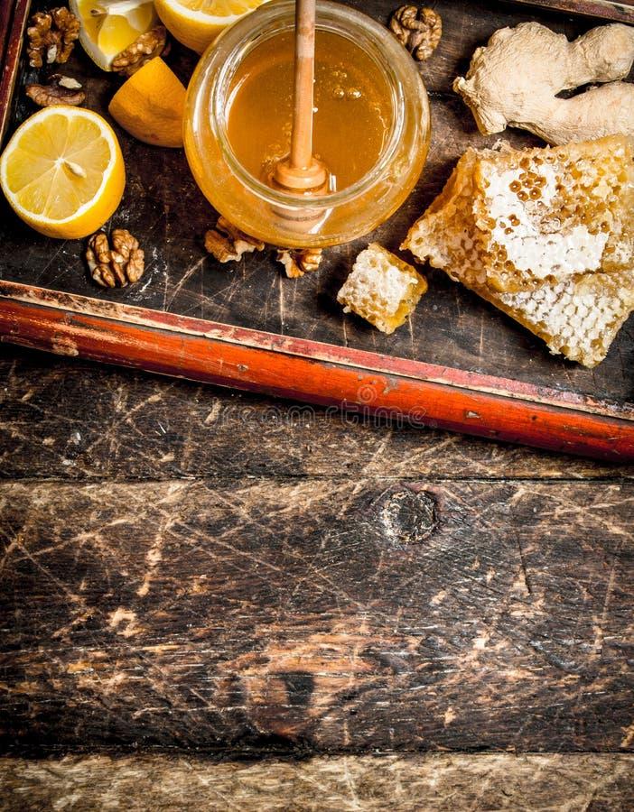 Honey Background Ny honung med citronen och ingefäran i ett gammalt magasin royaltyfri bild