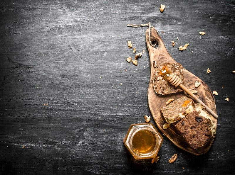 Honey Background Pan de la fruta con la miel y las nueces naturales imagen de archivo