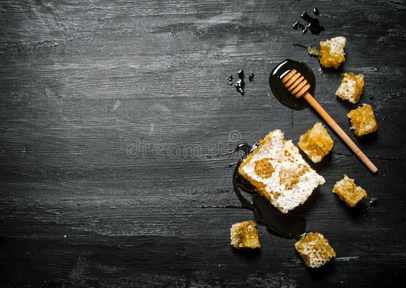 Honey Background Peigne naturel de miel et une cuillère en bois photographie stock libre de droits
