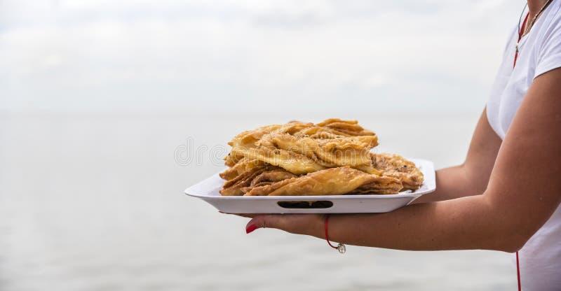 Honey Baklava auf einem Behälter, Sommergeschäft auf dem Strand, Ukraine stockfotos