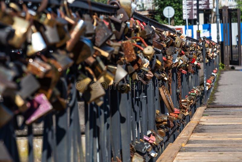 Honey Bridge, an dem Jungvermählten Verschlüsse als Zeichen der starken Liebe hängen, Kaliningrad, Russland lizenzfreie stockbilder