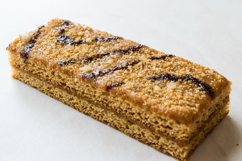 Honey Flavored Energy Bar met Okkernoot, Melk en Karamelsaus royalty-vrije stock afbeeldingen