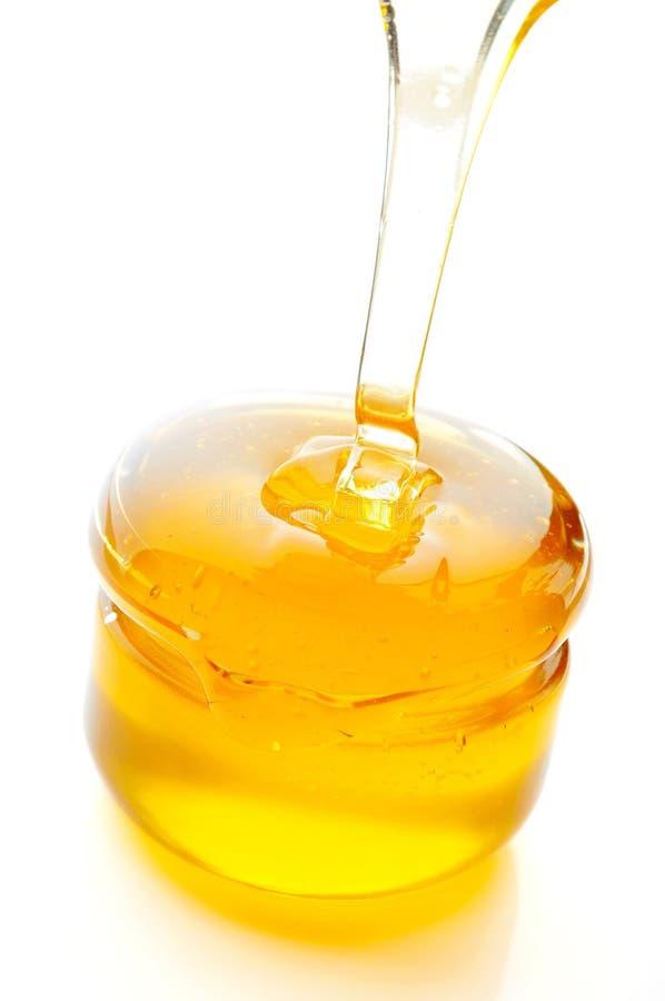 Honey Flowing Isolated en el fondo blanco fotos de archivo libres de regalías