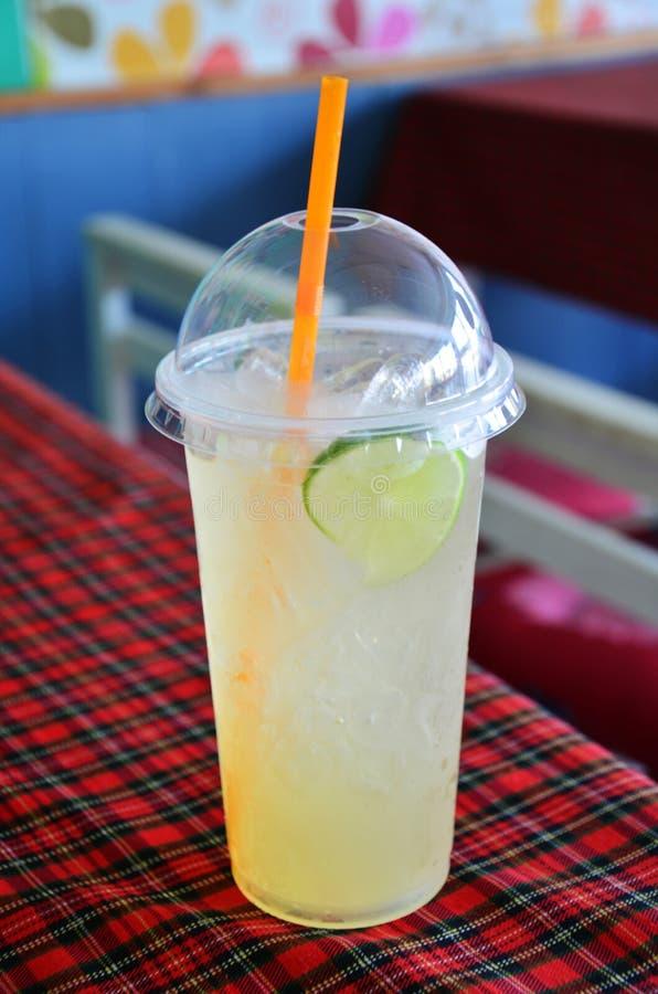 Honey Limeade com bebida do gelo fotografia de stock royalty free