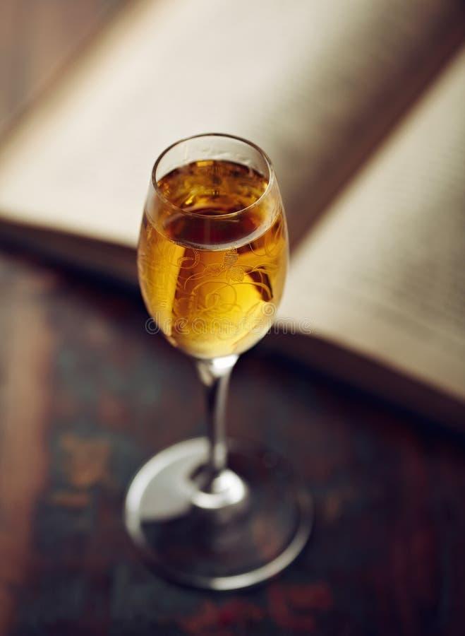 Honey Liqueur et livre ouvert image stock