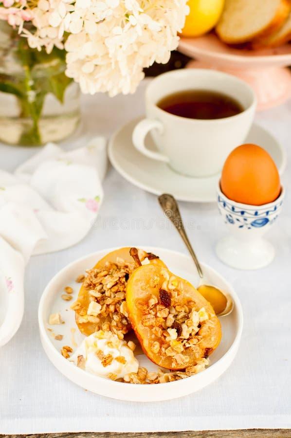Download Honey Roast Pears Avec La Granola Et Le Yaourt Image stock - Image du nourriture, plaque: 76088193