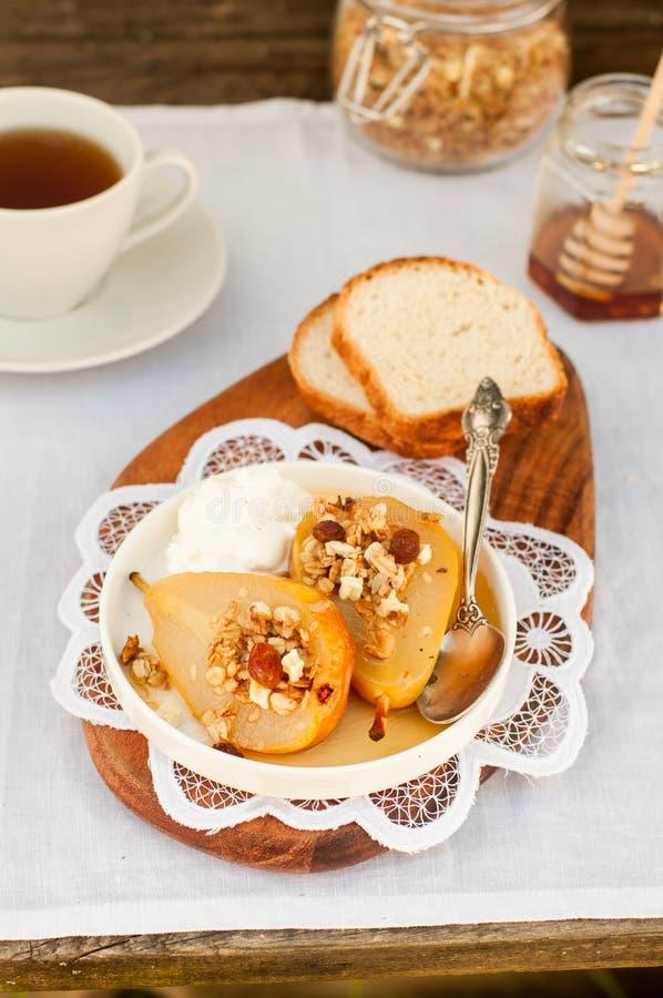 Download Honey Roast Pears Avec La Granola Et Le Yaourt Photo stock - Image du cannelle, raisin: 76088264
