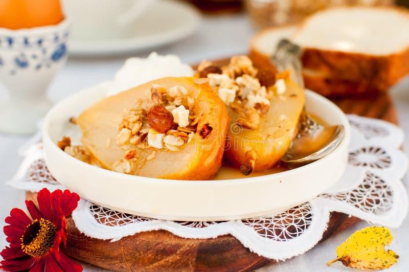Download Honey Roast Pears Avec La Granola Et Le Yaourt Photo stock - Image du français, poached: 76088602