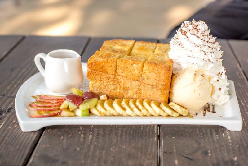 Honey Toast con gelato alla vaniglia fotografia stock libera da diritti