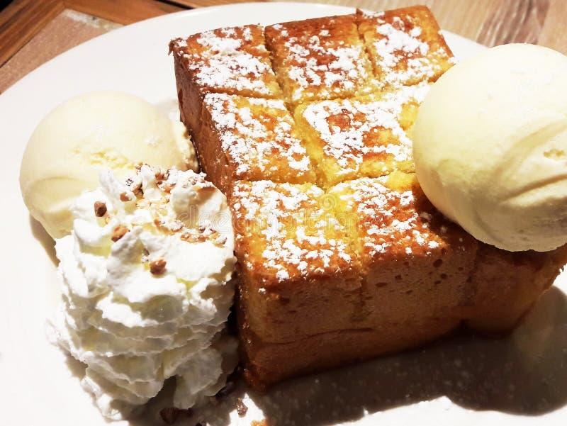 Honey Toast con helado de la vainilla fotos de archivo