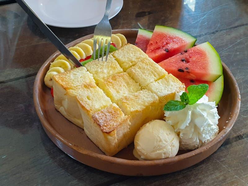Honey Toast con la banana Kiwi Strawberry Whipping Cream dell'anguria ed il gelato immagini stock