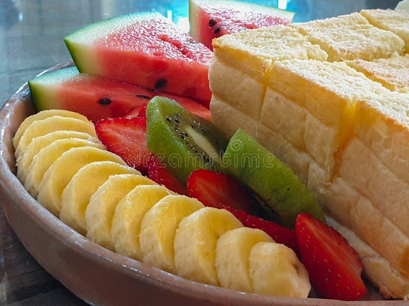 Honey Toast con la banana Kiwi Strawberry Whipping Cream dell'anguria ed il gelato fotografia stock libera da diritti
