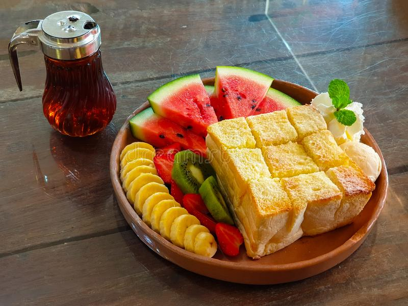 Honey Toast con la banana Kiwi Strawberry Whipping Cream dell'anguria ed il gelato fotografie stock libere da diritti