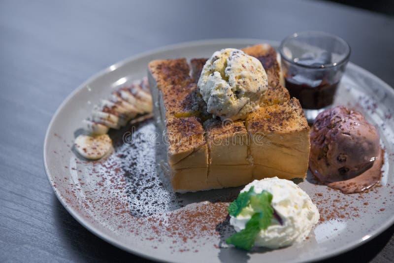 Honey Toast su una tavola di legno immagine stock