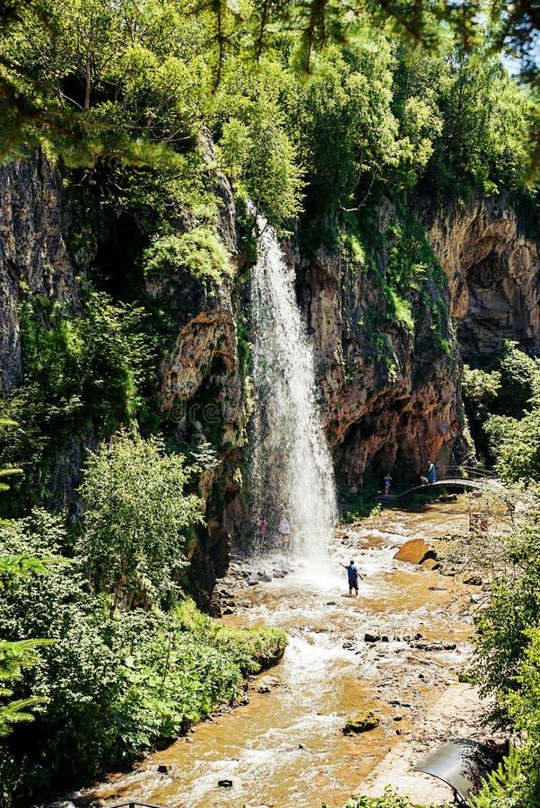 `-Honey Waterfalls ` i Karachay Cherkessia, rysk federation arkivbild